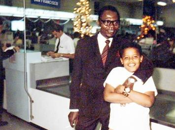 Barack Obama (ketika itu berusia 5 tahun) berpose bersama ayahnya di bandara Honolulu