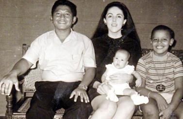 Obama berfoto bersama keluarganya di kediaman mereka di Jakarta.