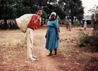 Obama berpose bersama neneknya, Sarah, ketika pertama kali mengunjungi Afrika tahun 1987.