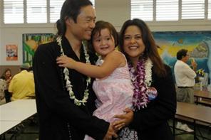 Adik tiri  perempuan Obama, Maya Soetoro bersama suaminya, Konrad Ng, dan anak perempuannya, Suhaila.