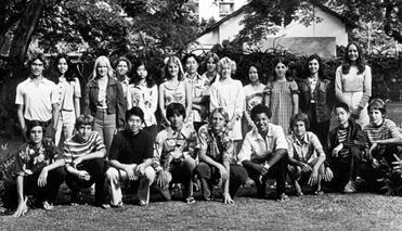 Obama (baris depan jongkok, ke 4 dari kanan) foto bersama teman-teman seangkatan kelas 9 sekolah dasar