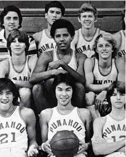 Obama (baris tengah, kedua dari kiri) bersama team yunior bola basket Punahou School, Honolulu.