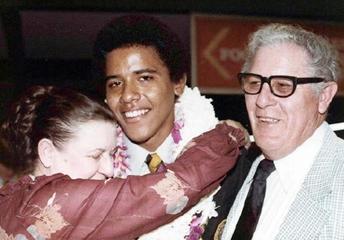 Obama mendapat pelukan dari nenek kandungnya