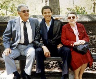 Obama berpose bersama kakek dan neneknya, Stanley dan Madelyn
