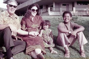 Kakek Obama (Stanley), ibu kandung Obama (Ann Dunham), adik tiri perempuan Obama (Maya Soetoro) dan Obama